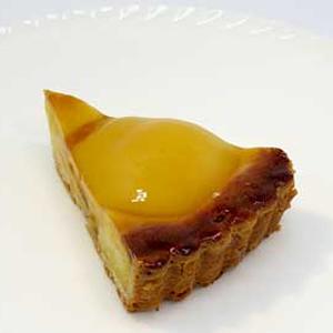 洋梨のタルト カット:378円(税込) ホール:3,200円(税込)  フランジパーヌを詰めたタルトにハーフの洋梨をのせ、焼き上げました。やわらかめの生地が洋梨と程よく合います。