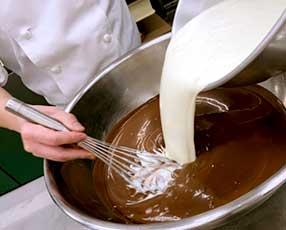 バレンタインデーやホワイトデーにはチョコレート菓子も人気です。くちどけの良い生チョコレートを丁寧に作っています。